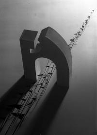 Osvaldo Bot - Passaggio sotto l'arco (foto Croce) - 1932
